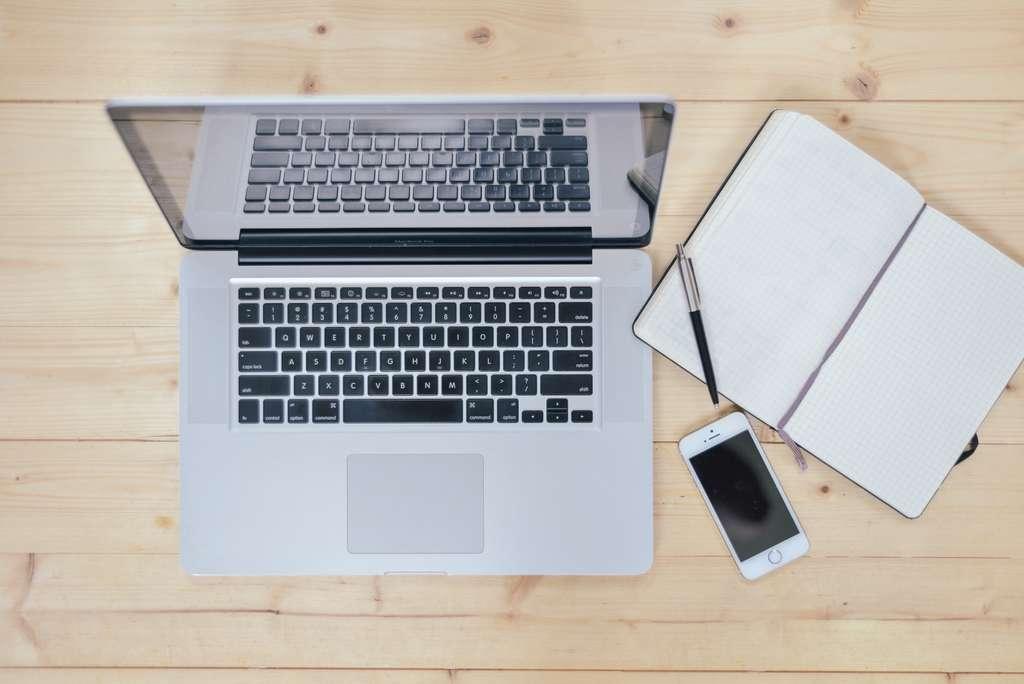 laptop-notebook-desk-work-phone_pd