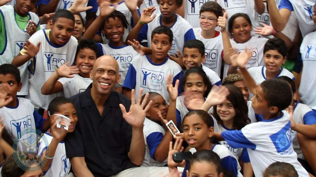 1024px-global_cultural_ambassador_kareem_abdul-jabbar_poses_for_a_photo_with_young_brazilians_PD