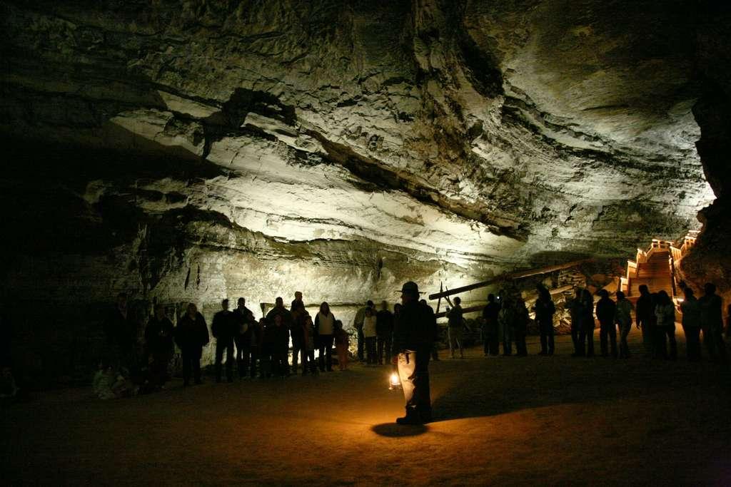 1200px-mammoth_cave_tour_CC