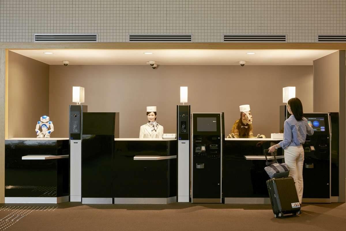 robot-hotel-japan-front-desk