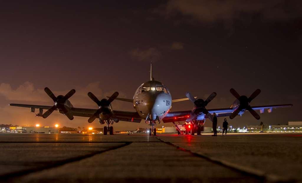 airplane-preflight-night-runway_PD