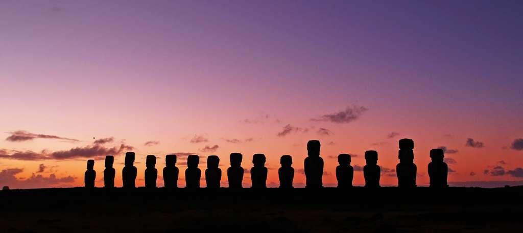 чили-остров-пасхи-статуи-силуэты_PD