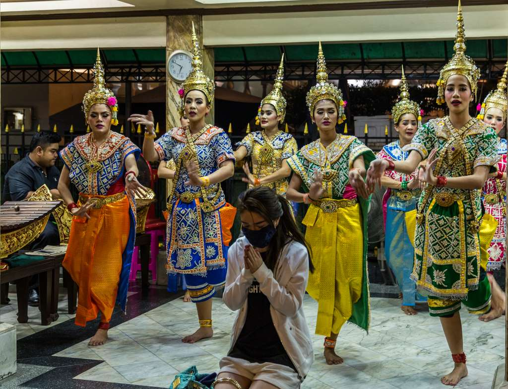 erawan-shrine-dance-dancers-bangkok_CC