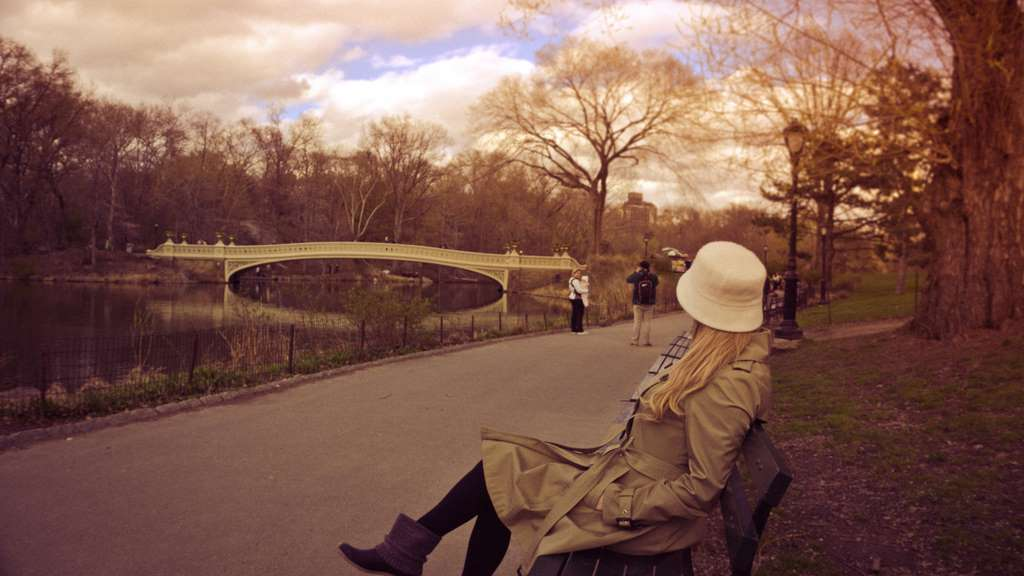 woman-lady-sitting-in-the-park_PD