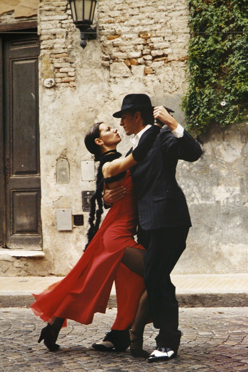 couple doing tango in argentina_PD