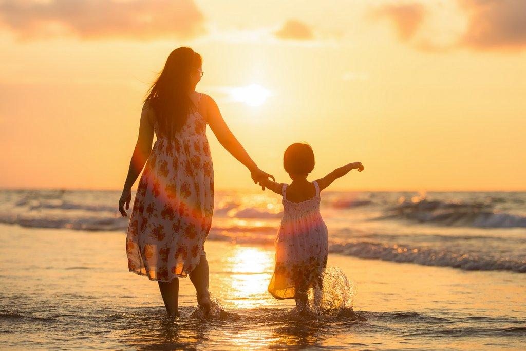 adult-mother-daughter-beach-kids