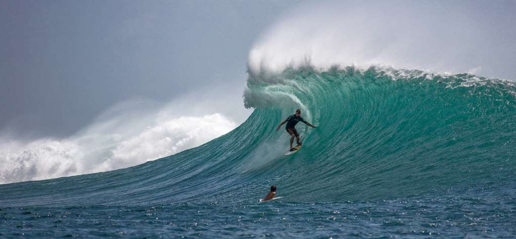 surfer-big-waves-skillfully_PD
