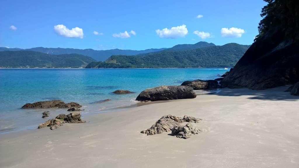 praia-mar-azul-praia-deserta_PD