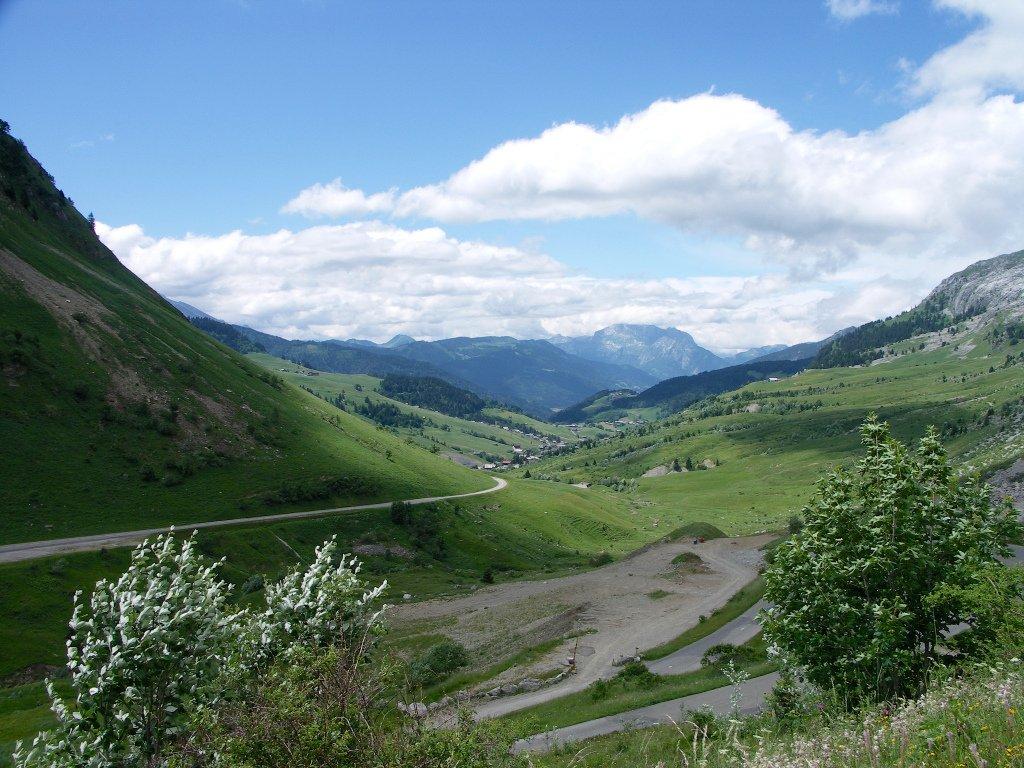 routes-des-grandes-alpes-bonval-avireux-france-hill-grassland