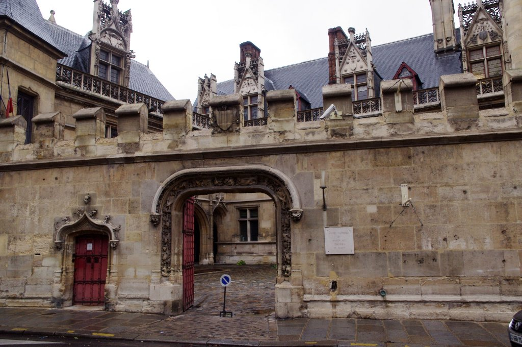 entrance-musee-de-cluny-paris-roman-bath