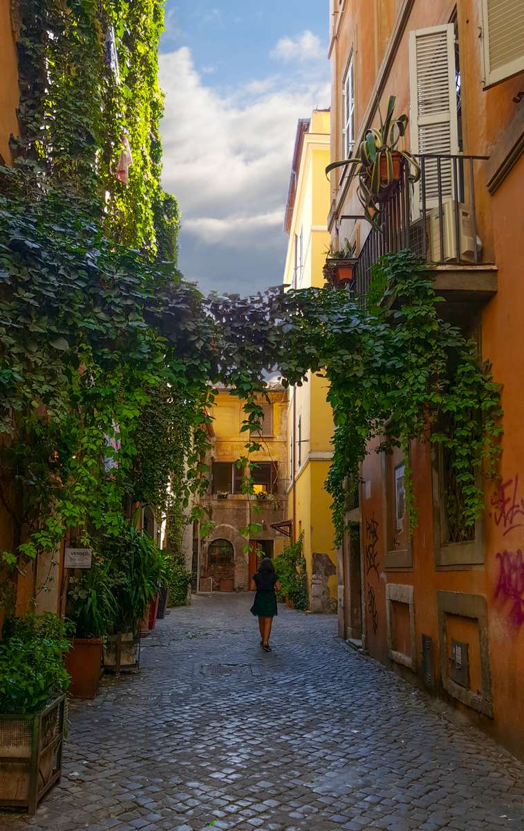 woman-solo-traveler-travel-italy_PD