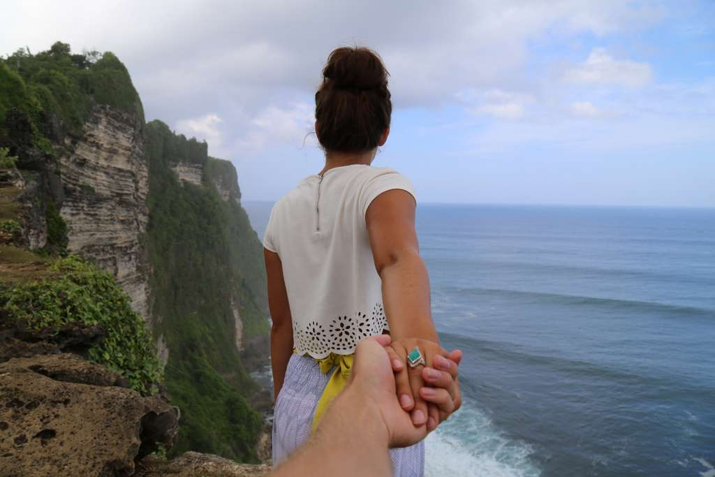 beach-cliff-coast-couple-hands_PD