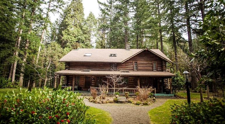 Best Glamping Experiences for Couples. Luxurious Log Cabin for Groups in Oregon. Glamping Hub.