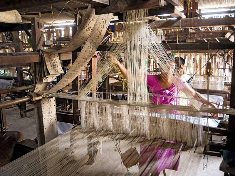 A local women weaving at Sualkuchi_CC0