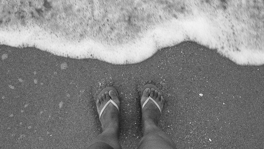 feet-black-and-white-sand-wave