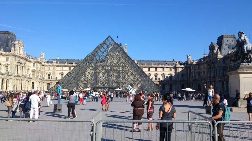 louvre-paris-museum-pyramid-art