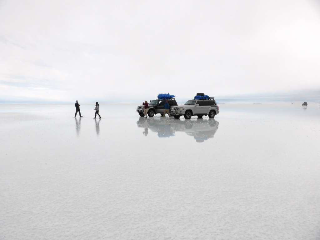 salt-flat-uyuni-bolivia_car_people_sky_PD