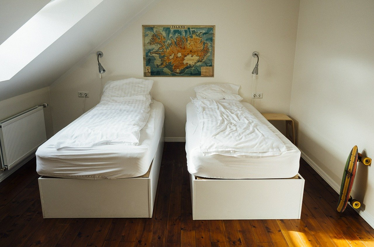 hostel_bedroom_safe teen travel tips_PD