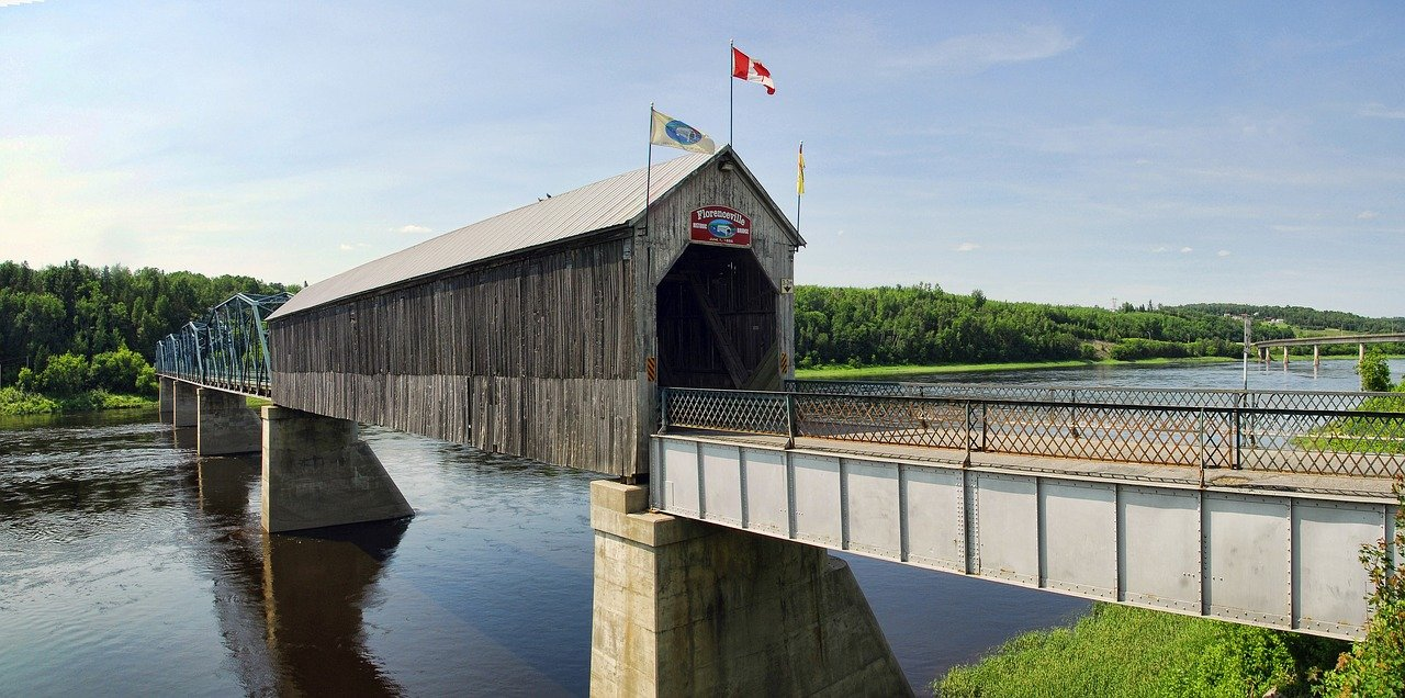 Wooden covered bridge in Florenceville_New Brunswick_Canada_PD